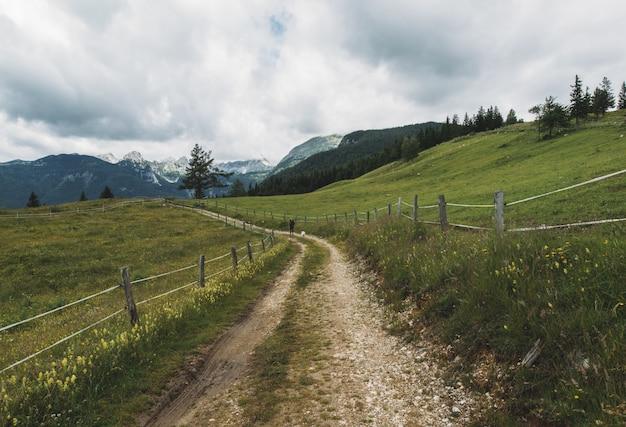 谷間の未舗装の道路 無料写真