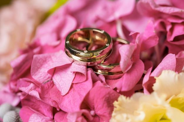 Обручальные кольца в букете цветов Premium Фотографии