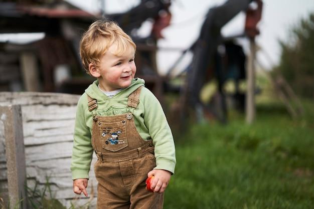 Деревенский мальчик Premium Фотографии