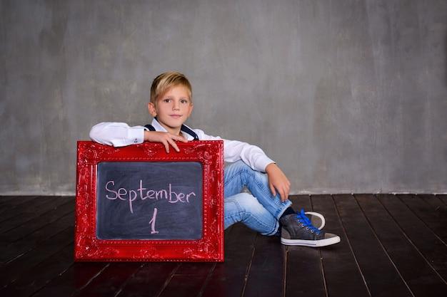 Школьник с доски. концепция школы Premium Фотографии