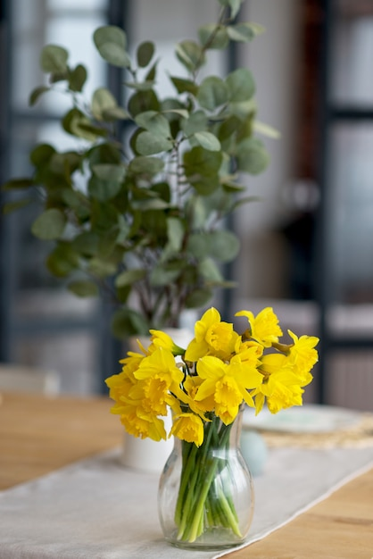 テーブルの上の新鮮な黄色の水仙の花束 Premium写真