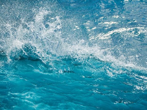Крупным планом бирюзовой волны океана Premium Фотографии
