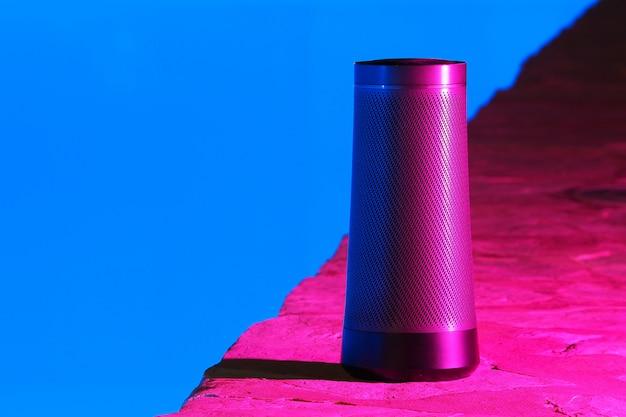 スイミングプールの近くの夜に音声アシスタントとポータブルモダンなスピーカー Premium写真