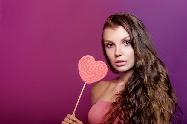 Модель девушка с сердцем валентина, концепция любви, молодая женщина Premium Фотографии