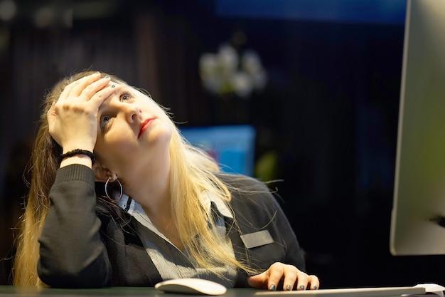 女の子の頭痛。女の子は彼女の頭を絞る Premium写真
