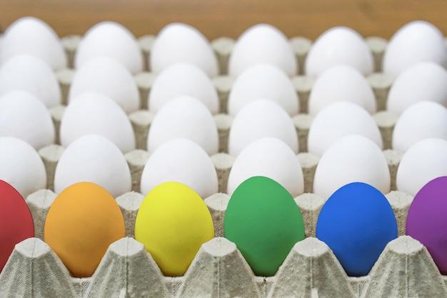 Лоток с куриными яйцами. крупный план. вид сбоку Premium Фотографии
