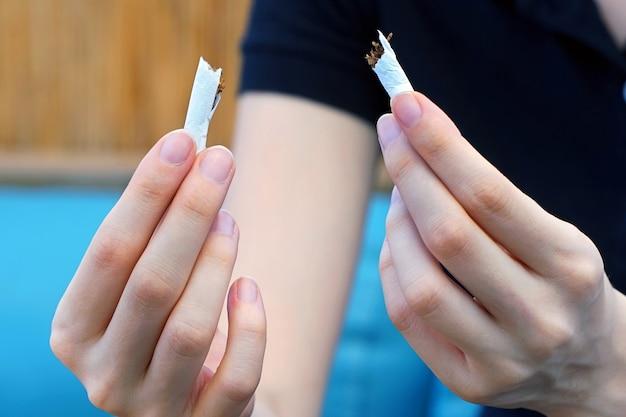 Девушка ломает сигарету. бросить курить. Premium Фотографии