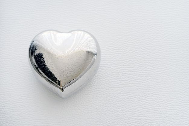 Шкатулка в форме сердца из железа. карта на день святого валентина с текстом счастливый день святого валентина. Premium Фотографии