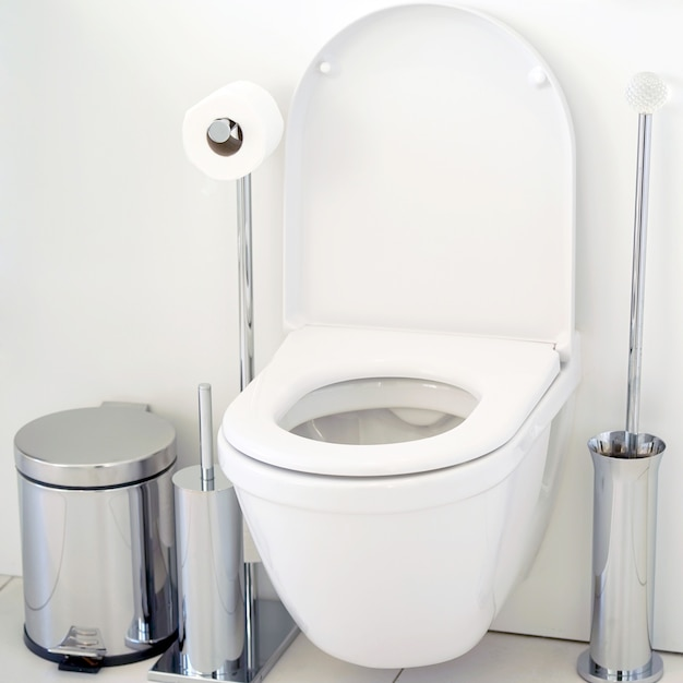 Белый туалет в ванной Premium Фотографии