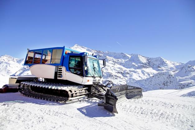 アルプス、ヨーロッパのスキーリゾートでスキー斜面の準備の準備ができて雪の丘の雪グルーミングマシン Premium写真