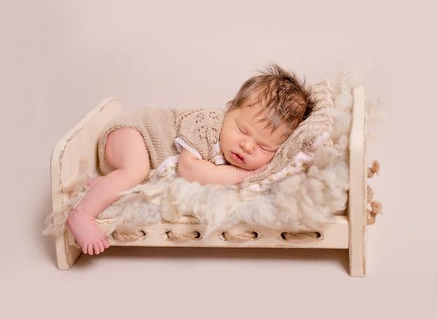 Милый маленький ребенок сладко спит Premium Фотографии