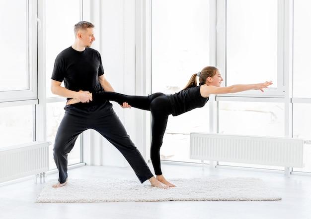 Девушка и мужчина делают тренировки Premium Фотографии