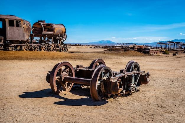 古い壊れた機関車シャフト、ウユニ、ボリビア Premium写真