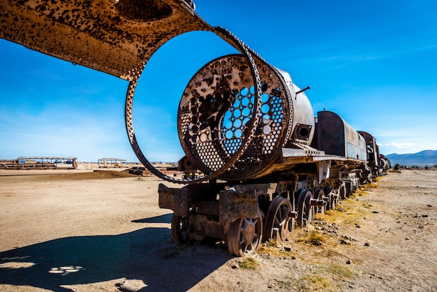 放棄された列車の墓地、ボリビアのウユニ Premium写真