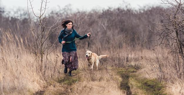 Счастливая женщина с прекрасной собакой Premium Фотографии