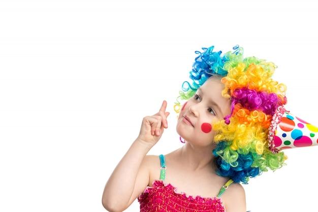 色とりどりのかつらの面白い女の子 Premium写真