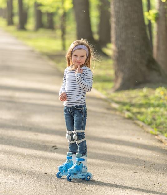 Девушка с шлемом и коньками в аллее Premium Фотографии
