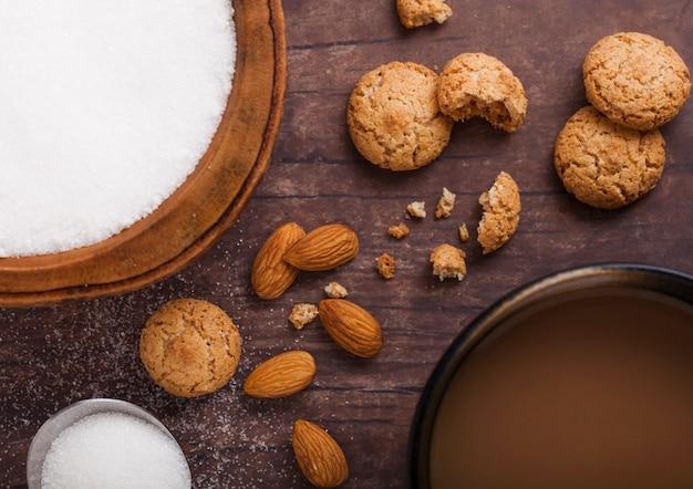 カプチーノと自家製アーモンドビスケットクッキー Premium写真