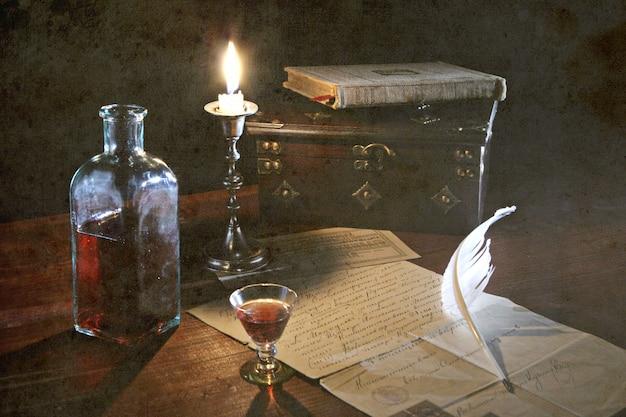 キャンドルとグランジ背景に手紙のある古い歴史のある静物 Premium写真