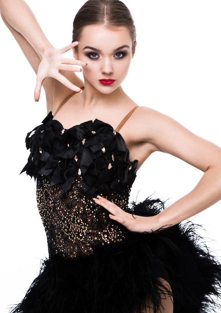 白のエレガントなポーズ黒のドレスで美しい社交ダンサーの女の子 Premium写真