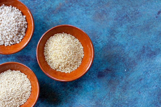 セラミックボウルの穀物と種子 Premium写真