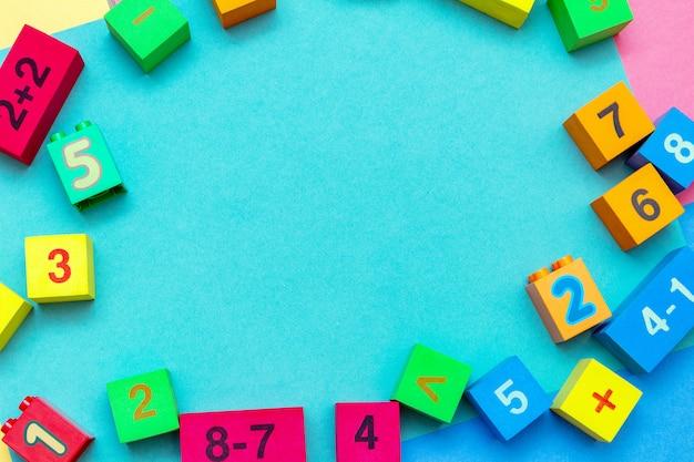 Ребенок малыш красочные игрушки образования кубики с номерами математической рамкой Premium Фотографии