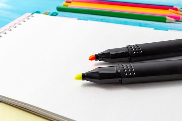 Вернуться к концепции школы с канцелярскими принадлежностями, ручки, карандаши, кисти, фломастеры, маркеры, скрепки Premium Фотографии