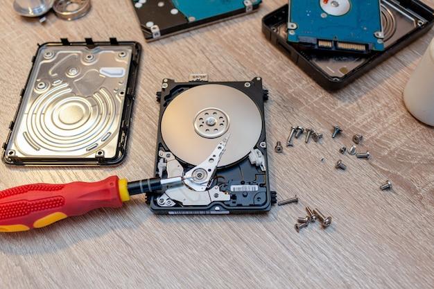 古い壊れたハードディスクドライブの構成 Premium写真