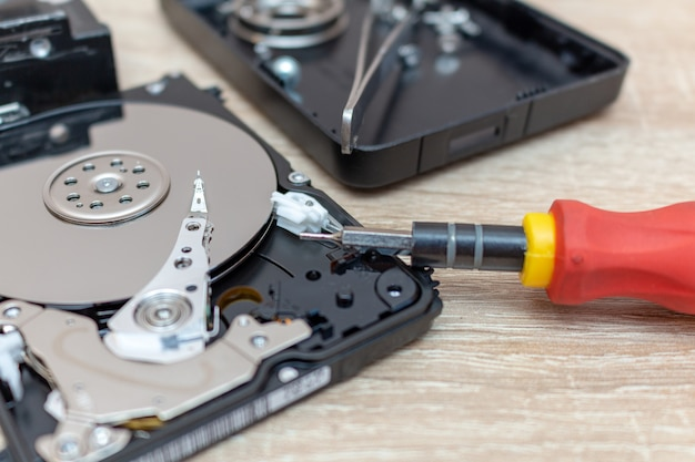 修復リカバリサービスで壊れた古いハードディスクドライブの構成。 Premium写真