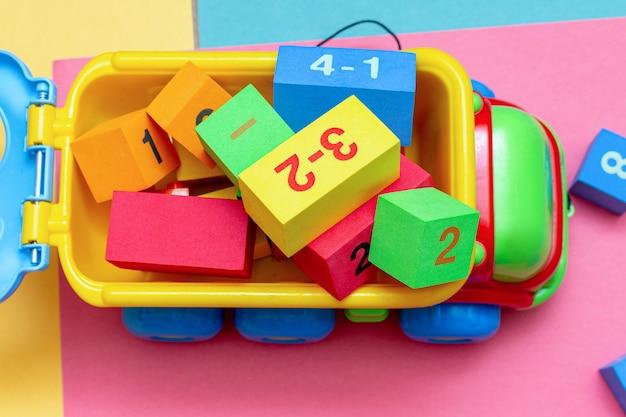 Грузовик, полный красочных детских игрушек Premium Фотографии