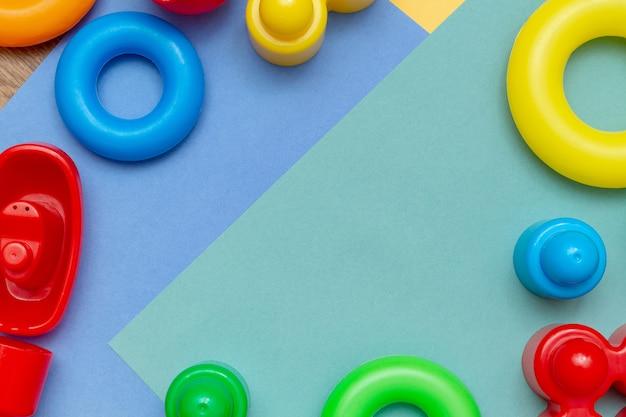 カラフルな子供の子供のおもちゃのフレームの背景 Premium写真