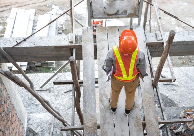 Инженер или архитектор проверяя внутреннее здание на строительной площадке. Premium Фотографии