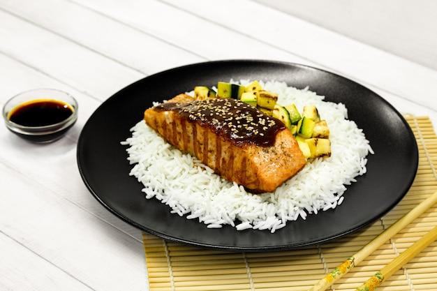 サーモンのグリル、ご飯、照り焼きソース、揚げズッキーニ Premium写真