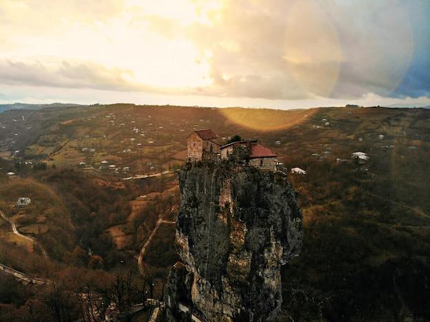 美しい空中ドローン写真。上から国ジョージア。山修道院とカツキー教会、チアトゥラ地域。夕焼け空撮 Premium写真