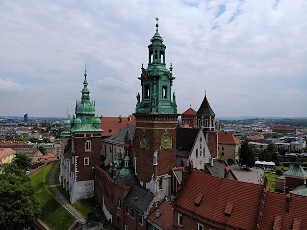 ドローンからの空中写真。ポーランドの文化と歴史的首都。快適で美しいクラクフ。 Premium写真
