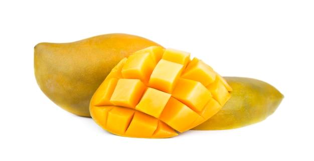 Плод манго, кубики и ломтики манго, изолированные на белом пространстве Premium Фотографии
