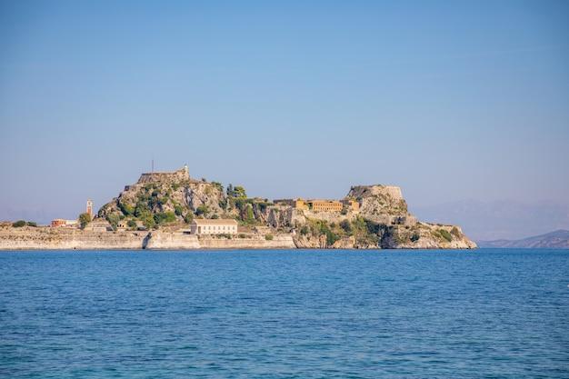 コルフ、イオニア諸島、ギリシャの古いベネチアの要塞とギリシャの寺院 Premium写真