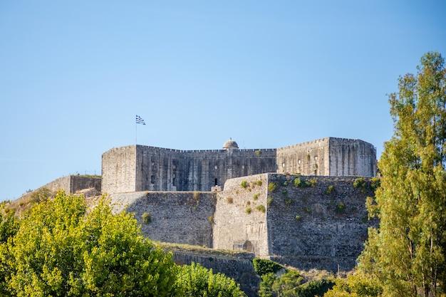 コルフ、イオニア諸島、ギリシャの町の古い城 Premium写真