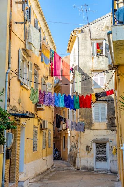 コルフ、ギリシャの旧市街の典型的な狭い通りの眺め Premium写真