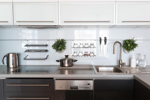 自宅の台所用品とモダンなキッチン Premium写真