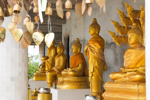 Золотые статуи будды в храме большого белого будды в пхукете Premium Фотографии