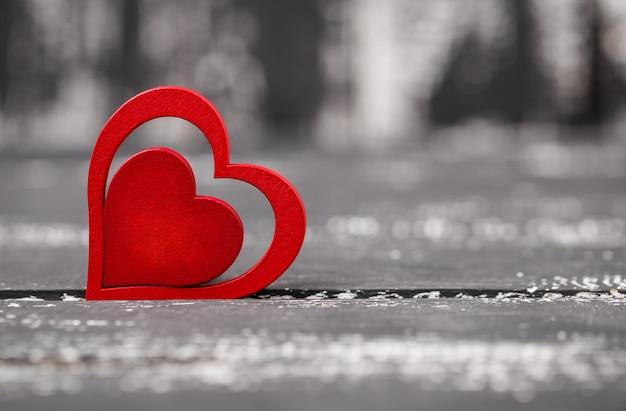 С днем святого валентина сердца на деревянный стол. валентинка Premium Фотографии