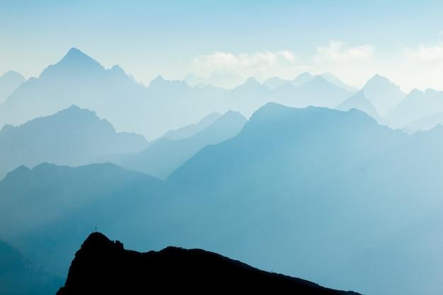 山脈のシルエット Premium写真