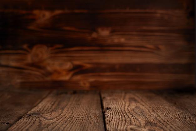 Опорожните верхние деревянные полки и предпосылку каменной стены. для отображения продукта Premium Фотографии