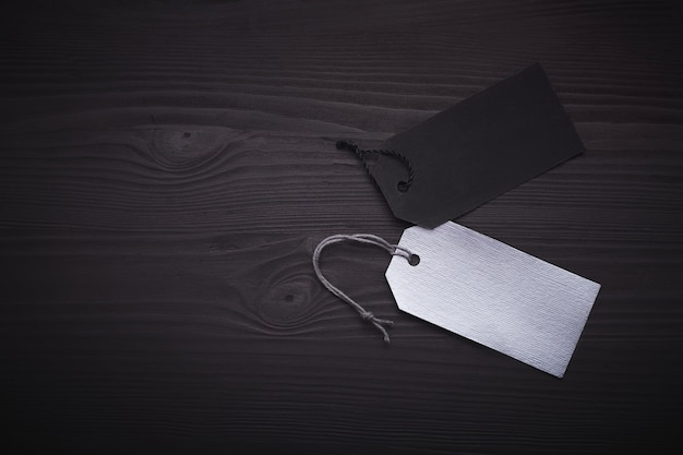 黒い木製の空白の黒と銀のタグ。 Premium写真
