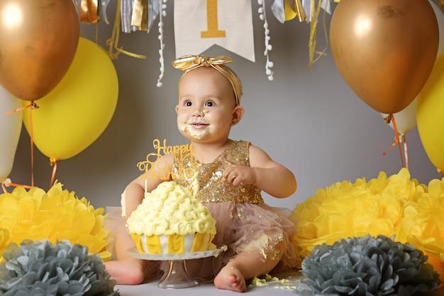 彼女の最初の誕生日に白人の赤ちゃん女の子 Premium写真