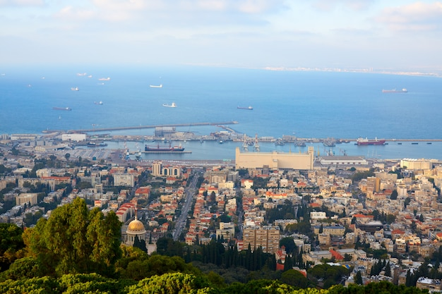 ハイファ市と地中海を上から見る Premium写真