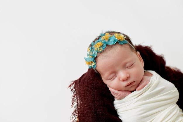 Прелестный ребенок спит на одеяле Premium Фотографии