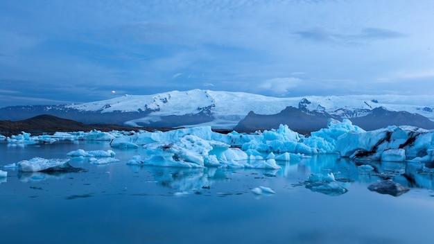 氷が水に浮かんでいるアイスランドの氷河ラグーン、ヨークルサルロン。 Premium写真