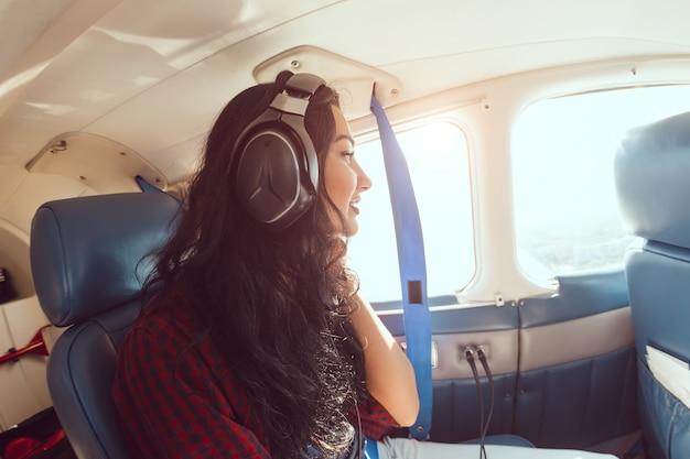 飛行機の女性の乗客 Premium写真